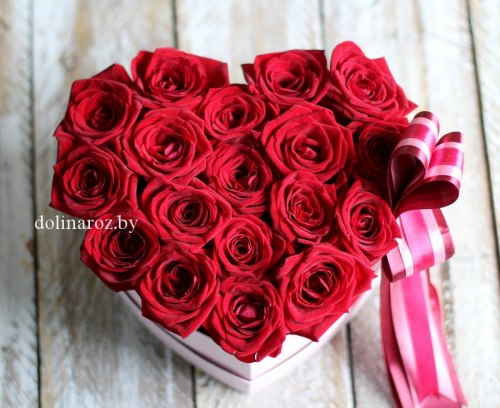 Цветы в коробке Сердце 17 роз
