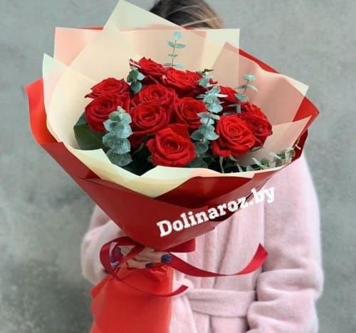 Букет роз «Красные с зеленью» 15 роз