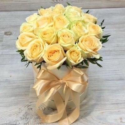 """Цветы в коробке """"Персиковые розы"""" 19 роз"""