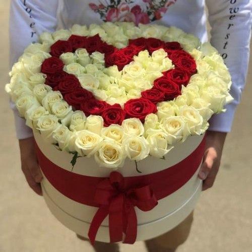 Цветы в коробке с красным сердцем 101 роза