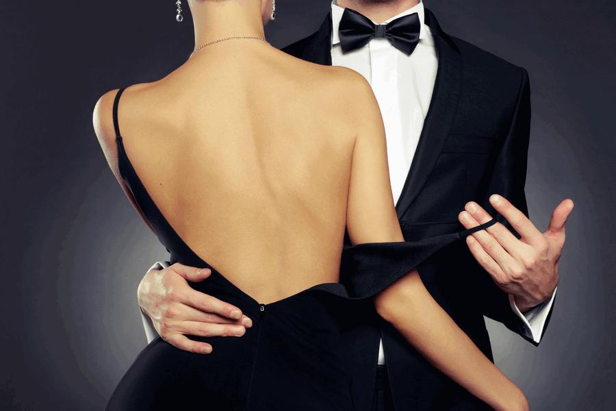 парень снимает платья у девушки если пройдет