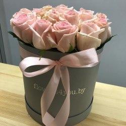 17 бело-розовых роз в серой коробке