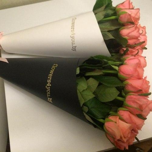 15 розовых роз в черной/белой бумаге
