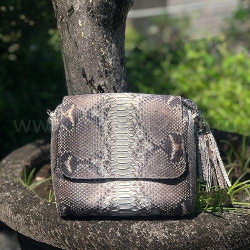 Сумка crossbody с боковыми кисточками из натуральной кожи питона без покраски