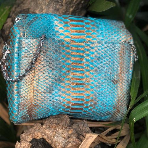 Сумка crossbody с кисточками из натуральной кожи питона бирюзовая с бронзовым напылением