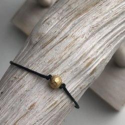 Браслет нить на исполнение желаний черный с бусиной золотого цвета