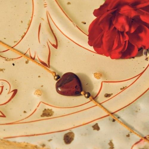 Браслет-нить на исполнение желаний с натуральным моховым агатом в форме сердца