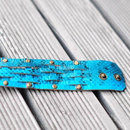 Браслет из натуральной кожи змеи с заклепками бирюзовый