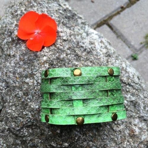 Браслет из натуральной кожи змеи с заклепками светло-зеленый