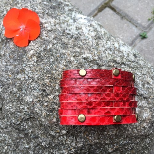 Браслет из натуральной кожи змеи с заклепками красный