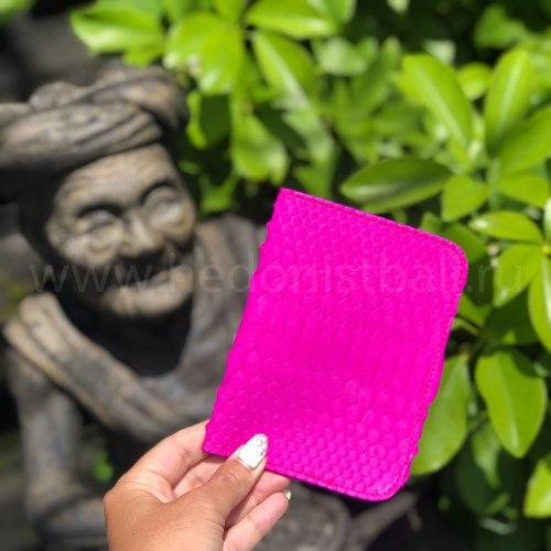 Обложка на паспорт из натуральной кожи питона малиновая