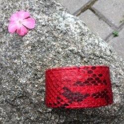 Браслет из натуральной кожи питона широкий красный с черным