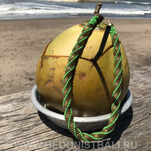 Ожерелье из бисера плетеное зеленое с золотым