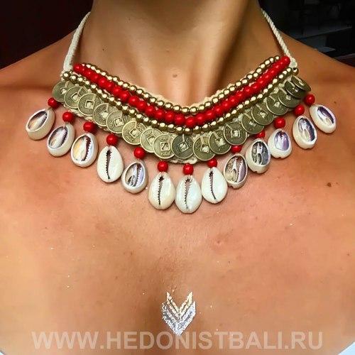 Ожерелье с ракушками и монетками красное