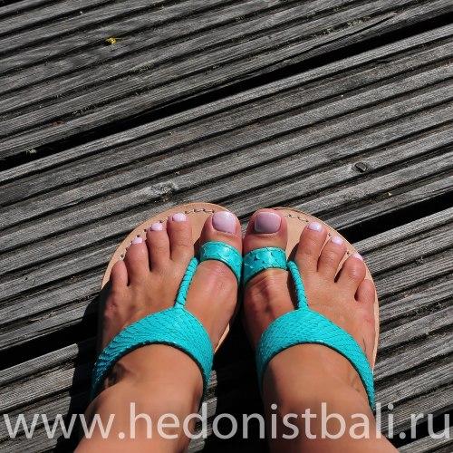 Шлепки из натуральной кожи питона светло-бирюзовые
