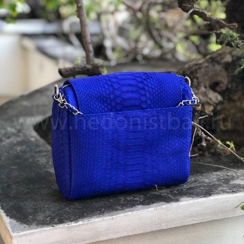 Cумка crossbody с кисточками из натуральной кожи питона ярко-синяя