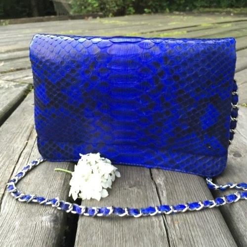 Сумка crossbody из натуральной кожи питона FULL SKIN синий ультрамарин с рисунком