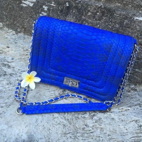 Сумка crossbody из кожи питона LE BOY ярко-синяя с орнаментом