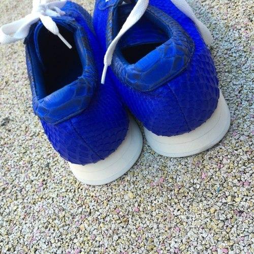 Кроссовки из кожи питона синие