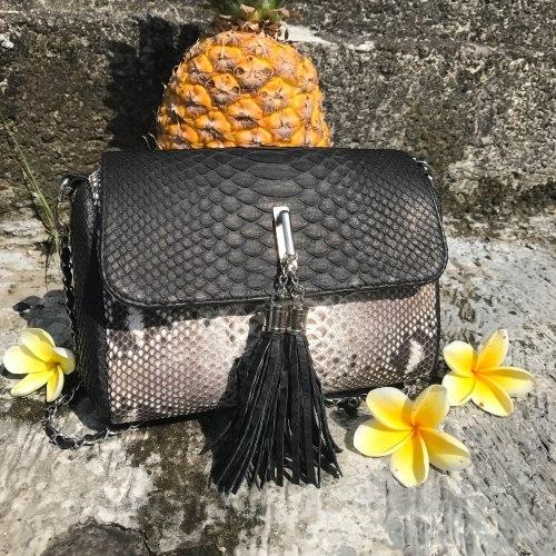 Cумка crossbody с кисточками из натуральной кожи питона черная с естественным цветом