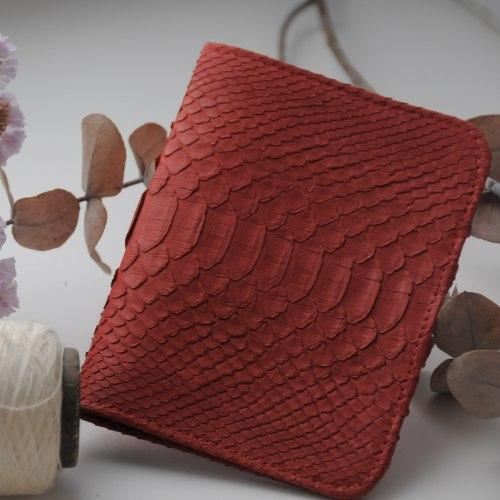 Обложка на паспорт из натуральной кожи питона красная матовая