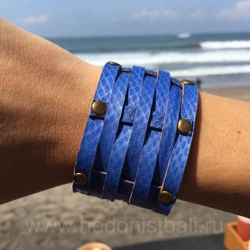 Браслет из натуральной кожи змеи с заклепками синий