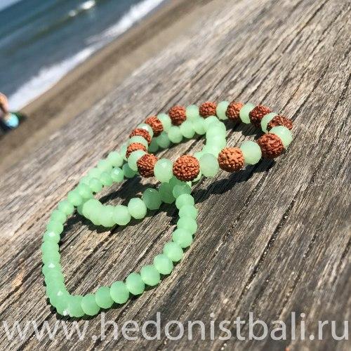 Браслет из рудракши и хрустальных бусин светло-зеленого цвета