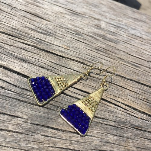 Серьги-треугольники металлические с синими бусинами