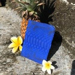 Обложка на паспорт из натуральной кожи питона ярко-синего цвета с орнаментом