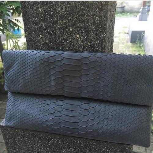 Клатч из натуральной кожи питона темно-серый размер S