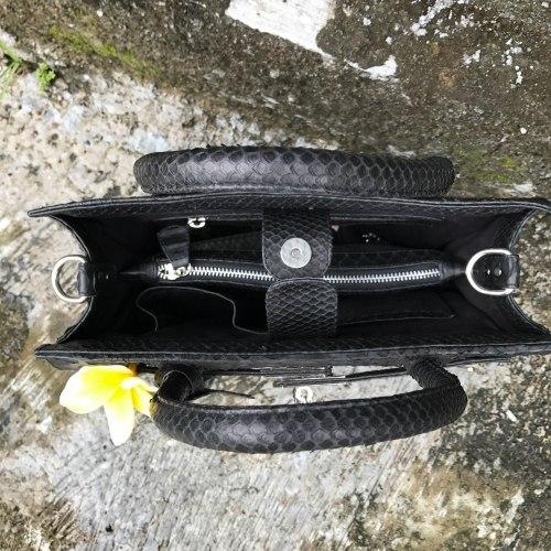 Сумка из натуральной кожи питона с замочком черная