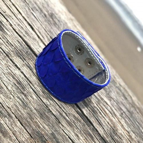 Браслет из натуральной кожи питона на кнопках ярко-синий