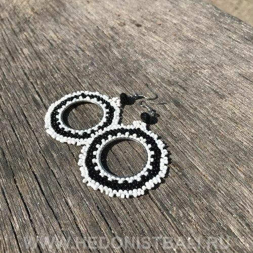 Серьги-кольца с бисером черно-белые