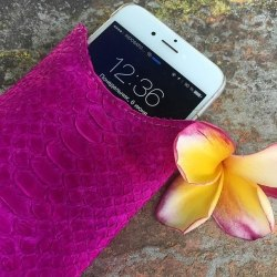 Чехол на телефон из натуральной кожи питона малиновый