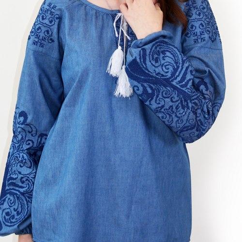 Вышитая блуза Ольга (джинс) с белой и синей вышивкой