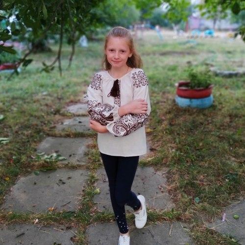 Детская вышитая блуза Ольга на сером льне с коричневой вышивкой