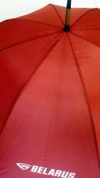 Автоматический зонт красного цвета с деревянной тростью