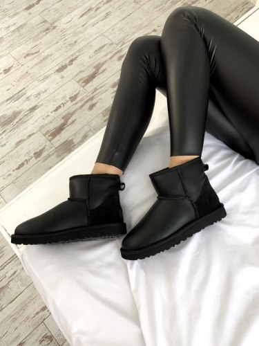 Classic II Mini Black one UGG